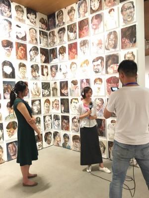 中)CCTV(中央テレビ局)書画チャンネルの記者 (左)江上越