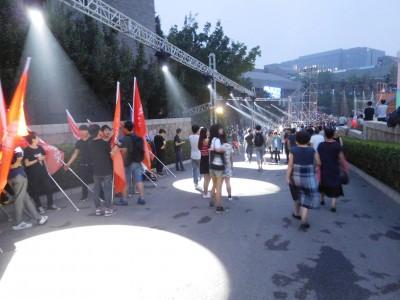 また学校内で夜に卒業祭も行われ、校内にはライトアップが。多くの催しが行われました。