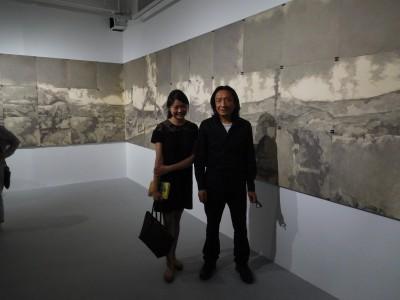 作品「荒原」の前にて (右)アーティストの蘇新平 (左)江上越