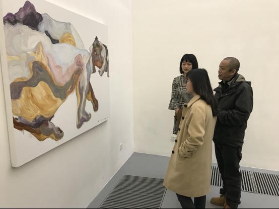 右は特別参加アーティストの何雲昌さん