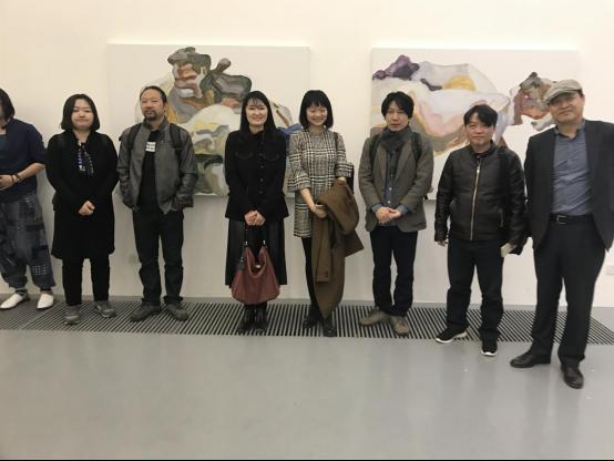 作品の前にて、韓国の釜山美術館の方も来てくださいました。