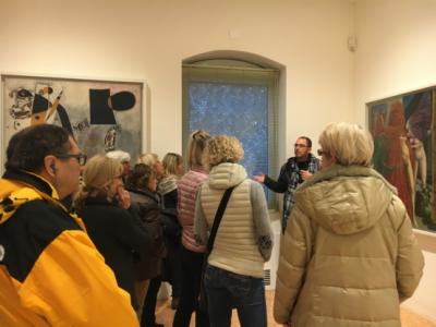 雨ということもあり、多くの来場者がきていました。美術館のガイドもいて、解説をしてくれます。