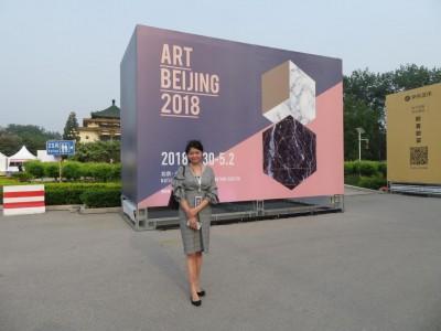 アート北京の会場にて 記者
