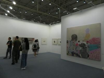 誠品画廊のブース 王玉平の個展、手前は王玉平の作品「彪子」
